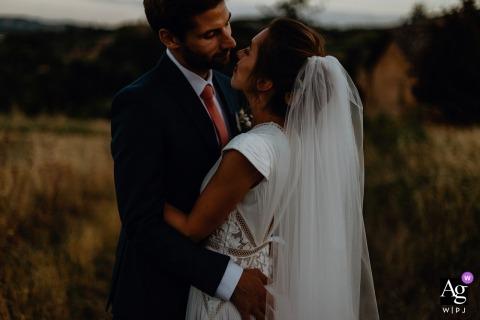 Manoir de la Garde Jarnioux huwelijksportret van de bruid en bruidegom voor zonsondergang