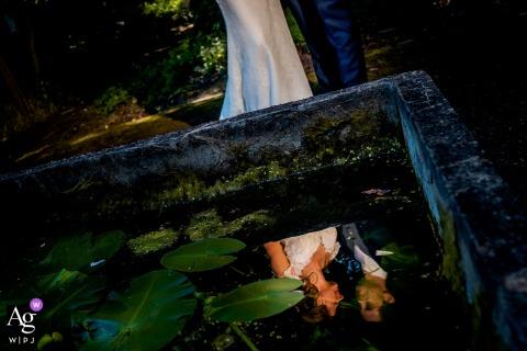 Lugar de sesión de fotos de pareja de Países Bajos en el parque con reflejo en el agua durante la sesión de fotos