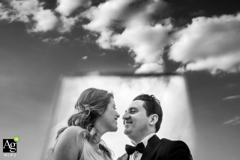 Retrato de casamento em preto e branco de Izmir sob as nuvens brancas e o céu de Narlidere