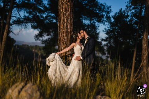 Mersin Hilton Hotel wedding venue image of couple posing in front of a tree with harsh light