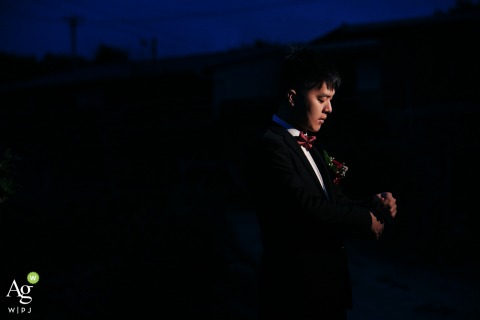 Kreative Hochzeitsnacht von Fujian, China beleuchtete Porträt des Bräutigams draußen unter dem dunklen Himmel
