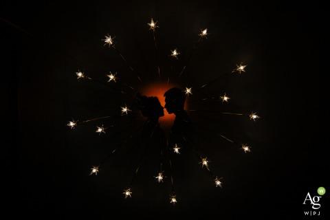 Künstlerisches Hochzeitspaarporträt Fujian, China mit Dunkelheit und Lichtern wie Sternen