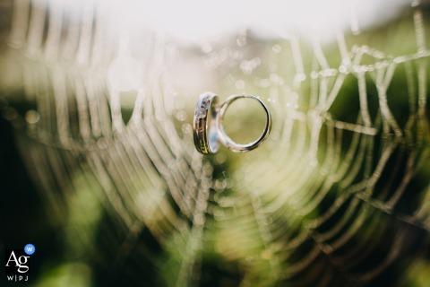 Vietnam Villa in Dalat artistieke trouwfoto van de ringen in een spinnenweb