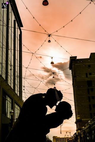 El centro de Detroit, Michigan, retrato de la novia y el novio bajo un cielo suave y pastel