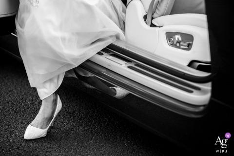 UK bride arrivant à sa cérémonie de mariage montrant un détail d'une chaussure de mariée sortant de l'auto