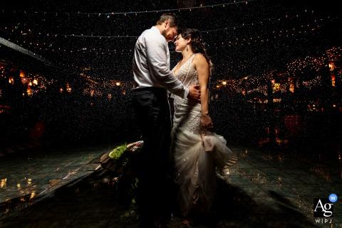 """Retrato del día de la boda en Hacienda Siesta Alegre por el fotógrafo de relaciones públicas """"Llovía como un loco, decidimos aprovechar con un flash detrás de pareja"""""""