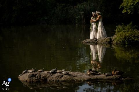 Photos de mariage artistiques de Central Park avec un beau reflet d'eau
