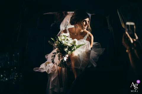 Foto artística de casamento em Chicago Illinois, do Transporte da Noiva esperando para sair na limusine