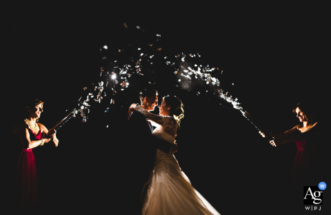 Local da recepção, Perlamora Farmhouse, foto artística de casamento na Toscana à noite com bebidas voadores