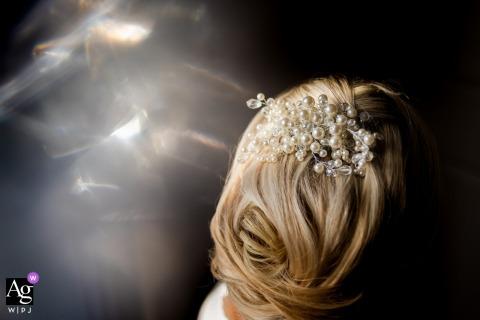 Northamptonshire East Midlands mariage détail shot de l'épanouissement dans les cheveux de la mariée
