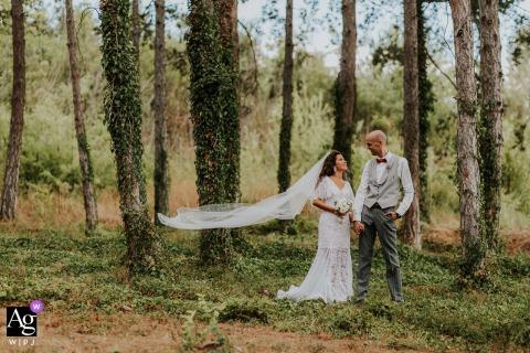 Esterra Vini em Perushtitsa, Bulgária captura de foto artística de casamento Um olhar entre dois amantes durante uma sessão de fotos