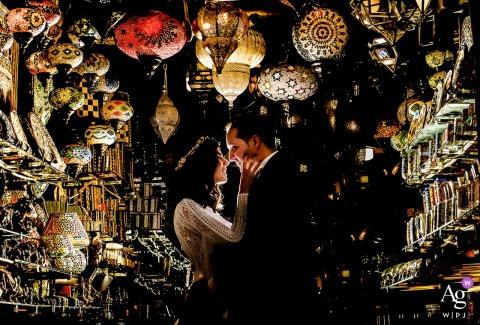 Granada - Espanha foto artística do casamento do casal se abraçando Entre as luzes