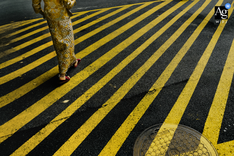 Xi'an Shaanxi artistic wedding photo showing Details of the bride walking the streets with painted yellow lines