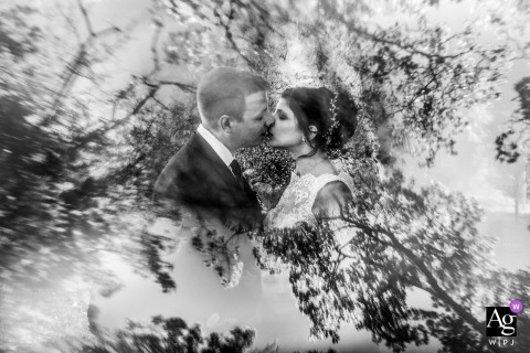 Foto artística do casamento do casal se beijando no local da cerimônia do Grand Est