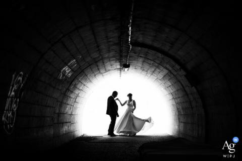 Retrato artístico de casamento de um casal em Estrasburgo em um túnel escuro