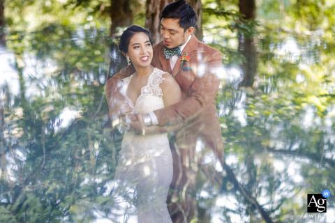 Foto artística do casamento da California Concord de um casal se abraçando de cabeça para baixo nas árvores