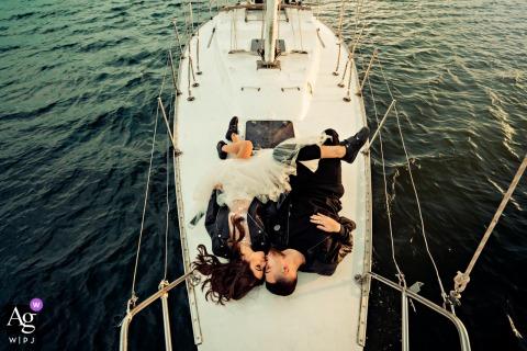 Foto artística do casamento de Sofia, Bulgária, dos noivos em um veleiro na água