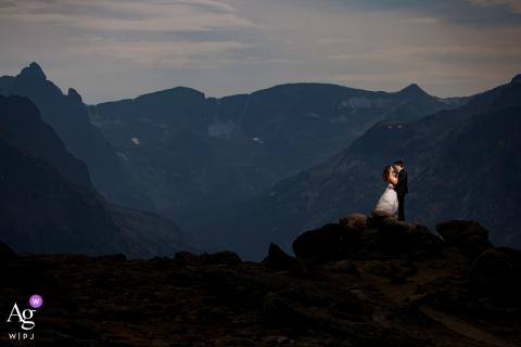 Foto artística do casamento do RMNP de um casal no topo da Trail Ridge Road no Parque Nacional das Montanhas Rochosas
