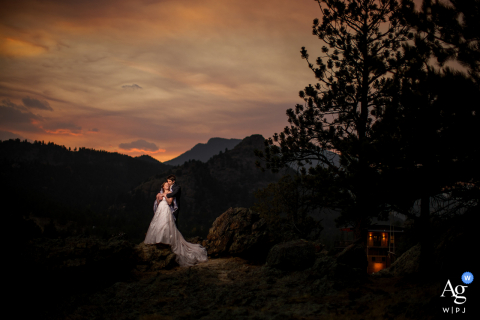 Retrato artístico de casamento de Fall River Village de um casal ao pôr do sol
