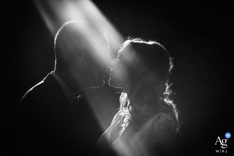 Retrato artístico de casamento do casal na recepção em Paris com um raio de sol em p & b