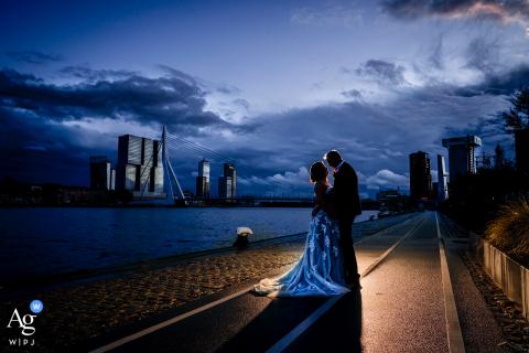 Retrato artístico de casamento na recepção na Holanda na hora azul de Rotterdam