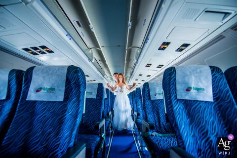 Aeroporto de Varna, Varna, Bulgária Retrato de casamento de recém-casados em um avião de passageiros