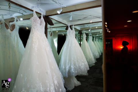 Wild Basin Lodge, Allenspark, Colorado, l'immagine del matrimonio dell'abito delle spose riflessa in uno specchio infinito mentre si prepara.