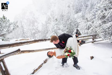 Il fotografo di matrimoni del Colorado ha catturato questa coppia circondata dalla nebbia e dalla neve durante il loro romantico ritratto a Evergreen, CO