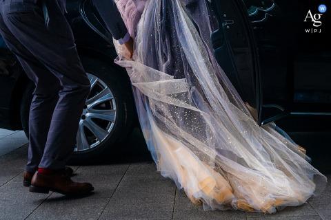 Detalle de la foto artística de la boda de Zhejiang China del vestido de la novia y el automóvil