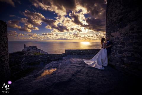 Portovenere Liefdesportret bij zonsondergang aan het water na de bruiloft
