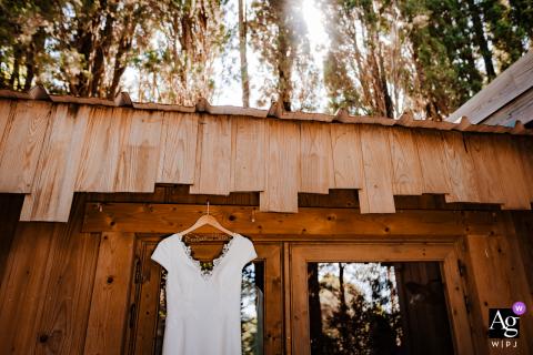 Les cabanes dans le bois, France photo de mariage artistique de la robe suspendue à l'extérieur au soleil