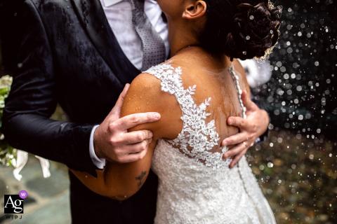 Verbano Cusio Ossola, Piémont, photo de mariage artistique créée lors d'un câlin chaleureux sous la pluie