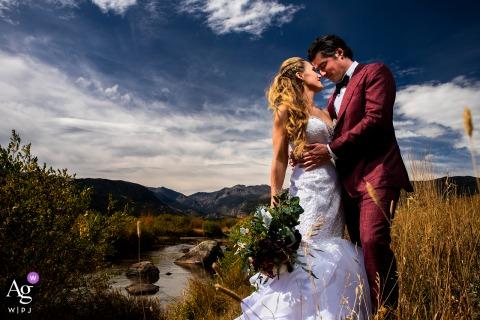 Parque Nacional das Montanhas Rochosas, Parque Estes, retrato dos noivos junto ao rio da montanha