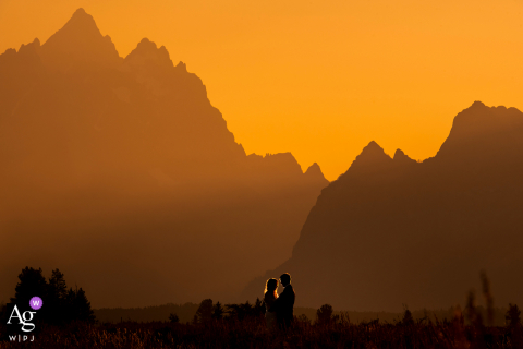 Parque Nacional de Grand Teton, Jackson, retrato da noiva e do noivo de WY ao pôr do sol