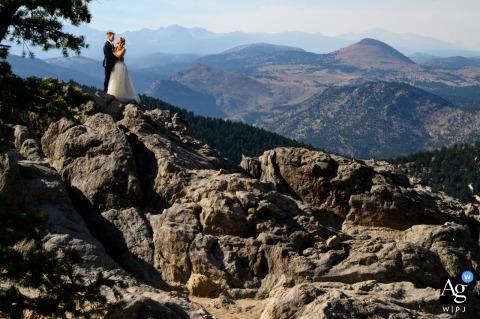 Foto artística do casamento do casal em Boulder, Colorado, em um mirante panorâmico com vista para as montanhas a oeste de Boulder