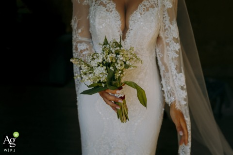 Tuscany wedding detail image showing the elegance and refinement of the bride with her bouquet of flowers
