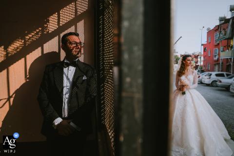 Imagem do retrato de casamento na Turquia do noivo dentro e a noiva do lado de fora esperando por ele no İstanbul Hilton Hotel