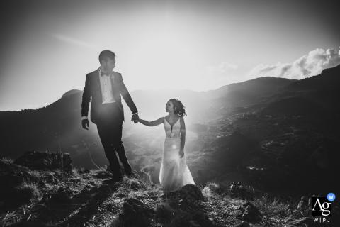 O fotógrafo de casamento da Turquia capturou um casal andando de mãos dadas em uma alta montanha durante a celebração de casamento do Mersin Hilton Hotel