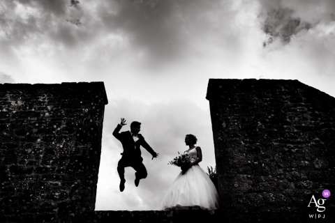 Morbihan wedding photographer captured this jumping silhouette of a couple