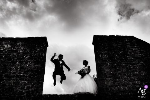 De huwelijksfotograaf van Morbihan legde dit springende silhouet van een stel vast
