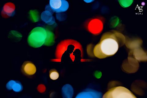 Retrato artístico e colorido de casal de noivos em um estacionamento subterrâneo.