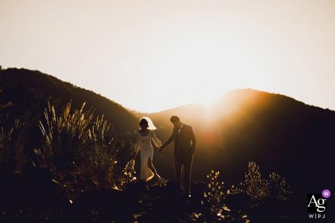 Foto artística do casamento de Nanping, Fujian, mostrando o noivo e a noiva retornando ao hotel antes do pôr do sol