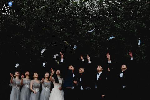 Nanping, artystyczne zdjęcie ślubne z Fujianu, przedstawiające wyrzucenie masek, ślub po epidemii