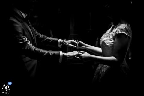 Photo de mariage artistique de la Villa Walter Fontana montrant le premier contact de danse avec les mains