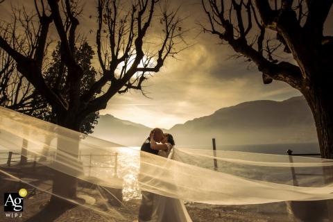 Foto artística do casamento de Mandello del Lario mostrando emoções românticas ao pôr do sol