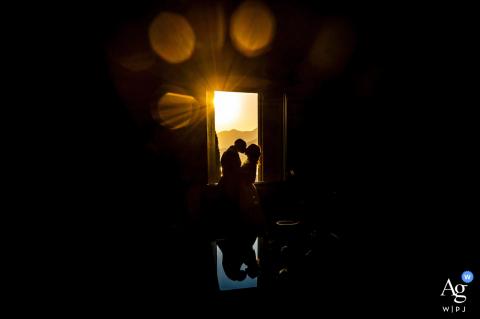 Astello di Rossino, foto artística de casamento de Lecco mostrando reflexos de luz na janela