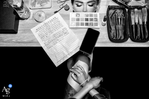 Sichuan artistic wedding photography: The bride is preparing for make-up. I noticed the oath written by the bride on the table and an interesting face on the make-up box, which allowed me to complete an interesting composition photo