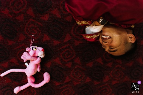 Sichuan artistic wedding photo from a game in which the groom's brothers need to imitate the pink leopard thrown randomly on the ground