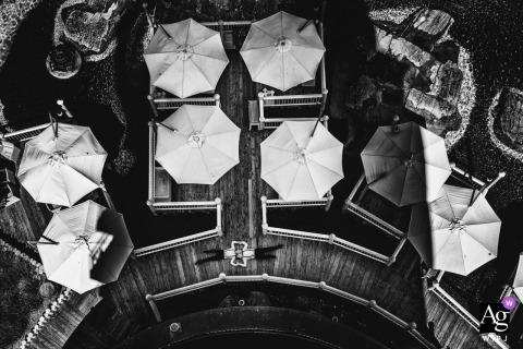 Foto artística do casamento no Europapark de um ângulo alto com guarda-chuvas
