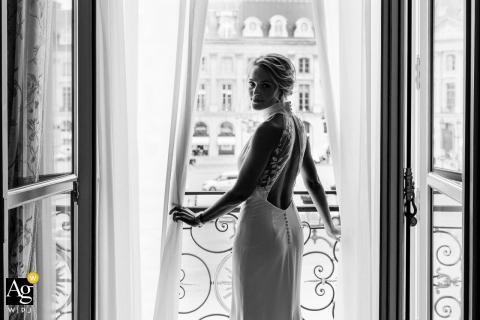 Künstlerisches Hochzeitsfoto des Hotels Ritz Paris einer schönen Braut im Fenster